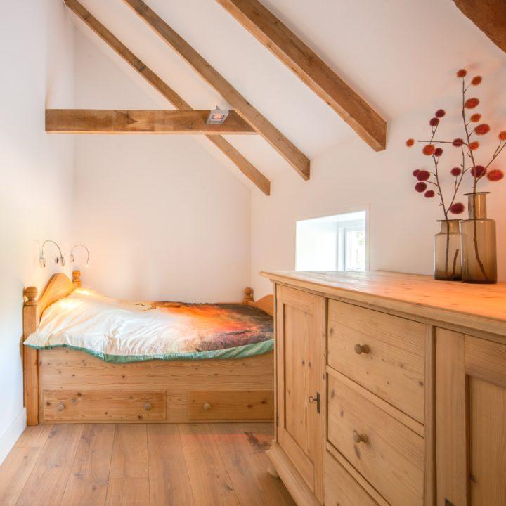 Let op: het bed in de slaapkamer op de begane grond is niet geschikt voor lange mensen.