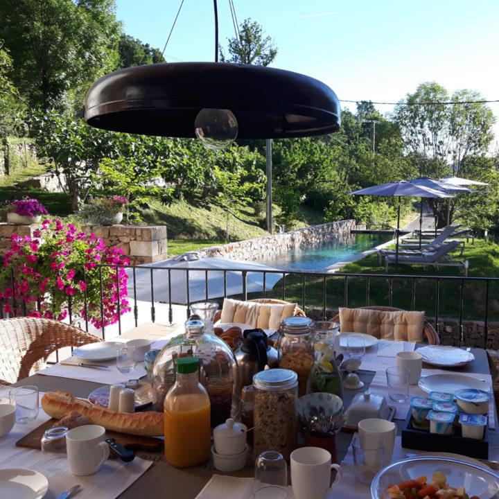 Ontbijtbuffet aan de rand van het zwembad