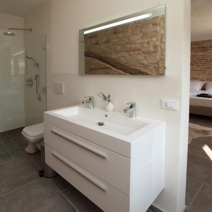 Bijna elke slaapkamer heeft een eigen badkamer.