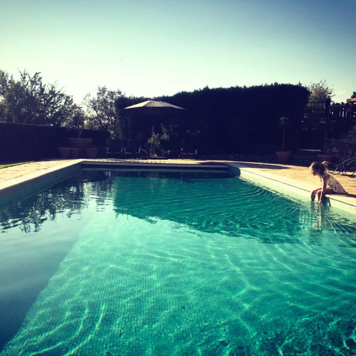 Verkoeling bij het zwembad.
