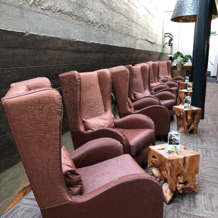 Een rij fauteuils voor een betonnen bunkerwand