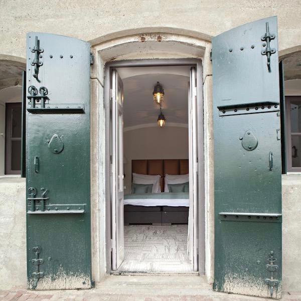 Robuuste deuren naar de hotelkamer in het fort