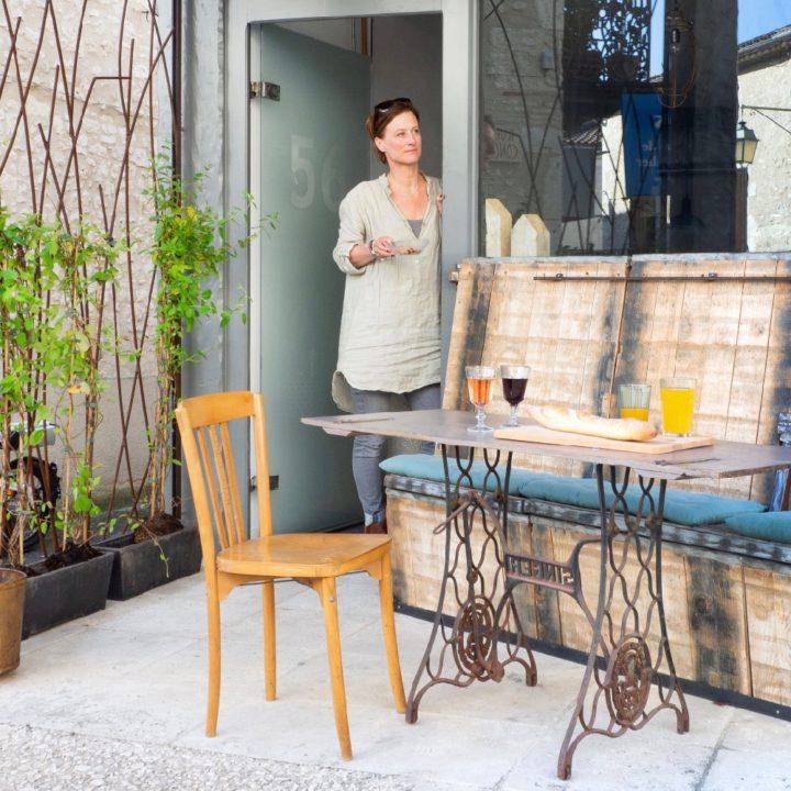 Karin bij de entree van het appartement
