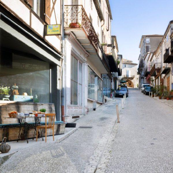 Gevel van appartement in het dorp Monflanquin