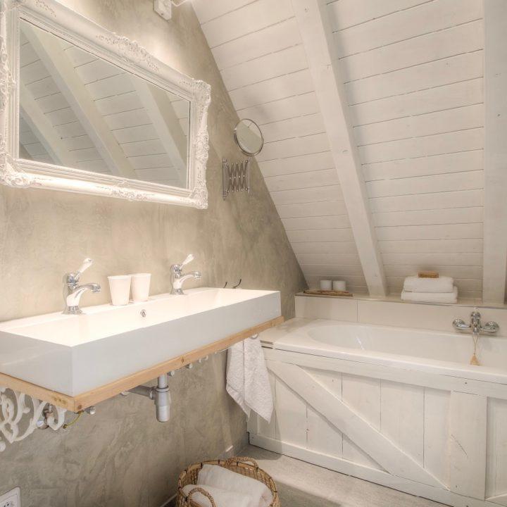 Badkamer in de Koesfabriek in Dokkum met een landelijke brocante look & feel