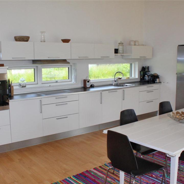 Witte moderne keuken in vakantiehuis op Funen