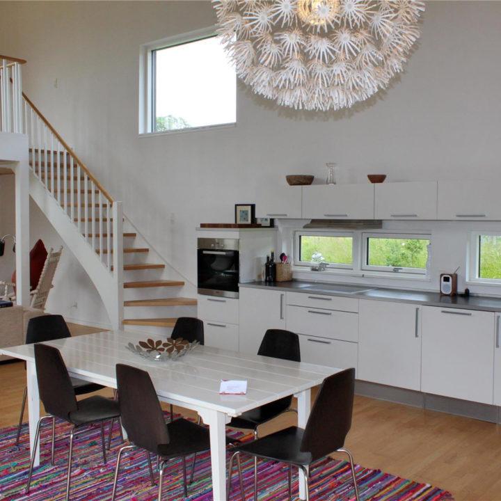 Moderne keuken met eettafel in vakantiehuis op Funen