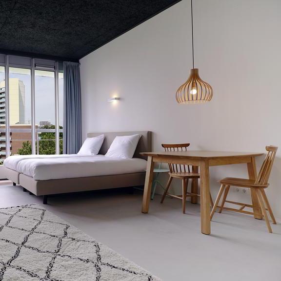 Strak design interieur van een hotelkamer in Nijmegen