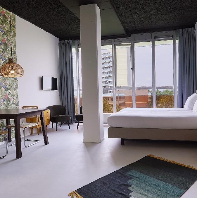 Hotelkamer in Nijmegen met grote ramen