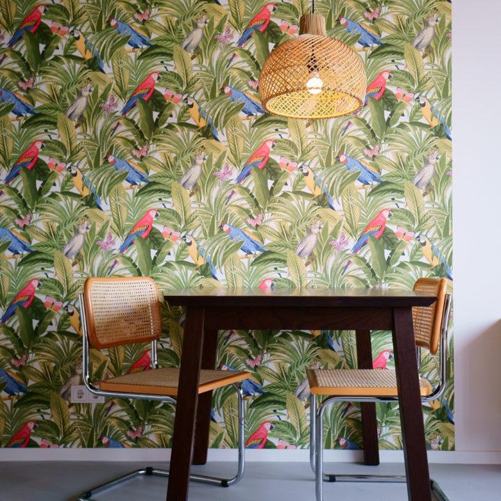 Tafel en stoelen voor een tropisch behang in guesthouse in Nijmegen