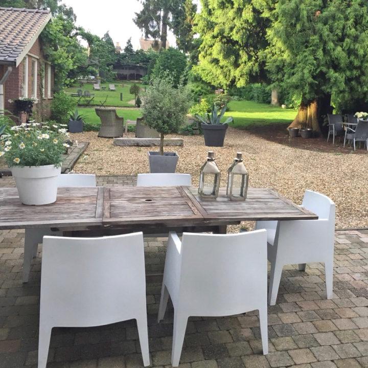 Lange tafel in de tuin van Villa Voorenburg