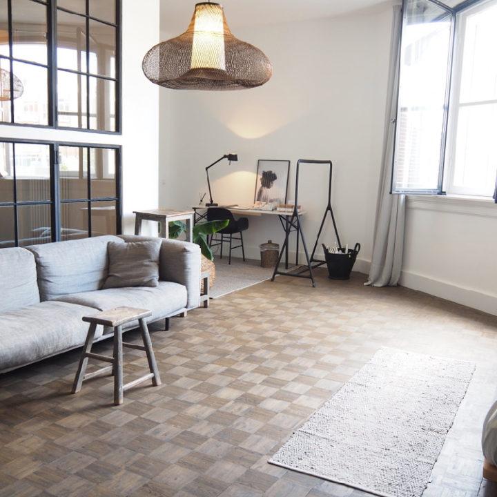 Comfortabele bank in grote kamer met getegelde vloer