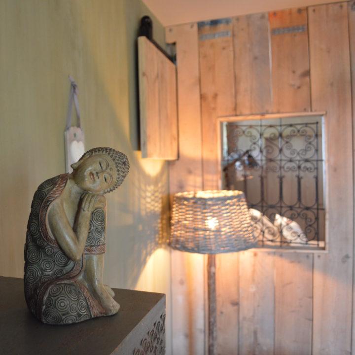 Budah standbeeldje op een kastje in de hotelkamer