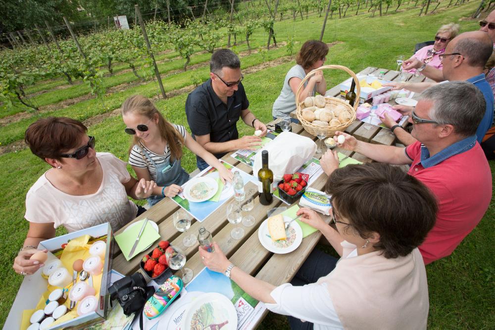 Mensen aan picknicktafel