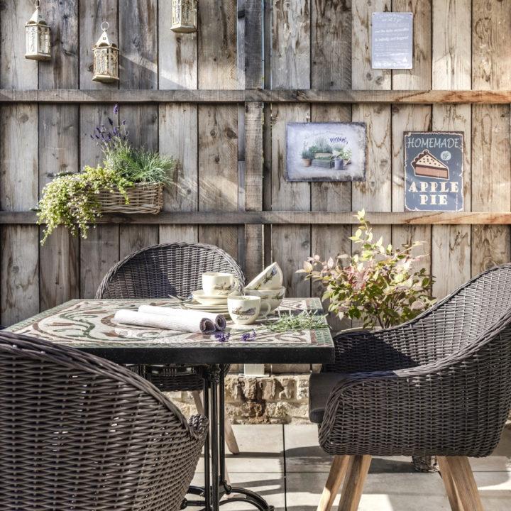 Tafel en stoeltjes op het terras van de bed and breakfast