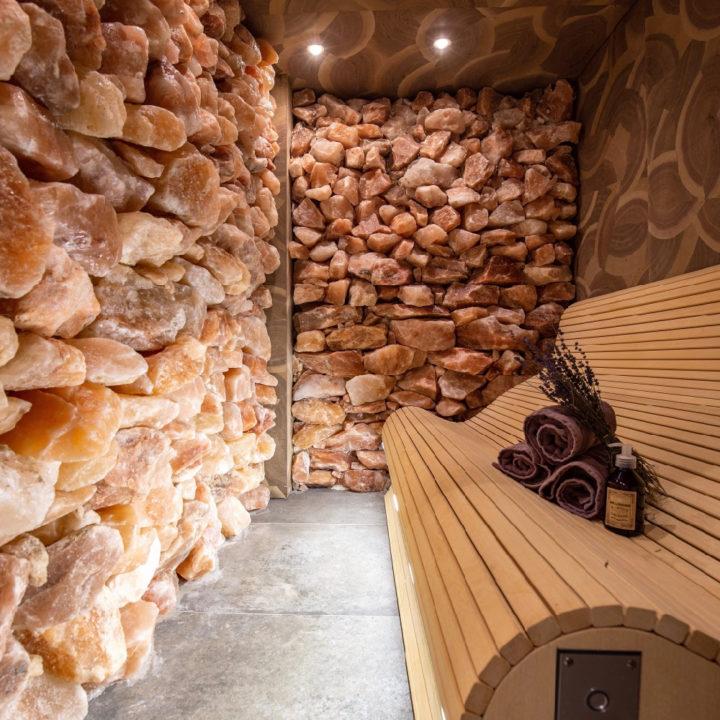 Sauna met stoere stenen wanden