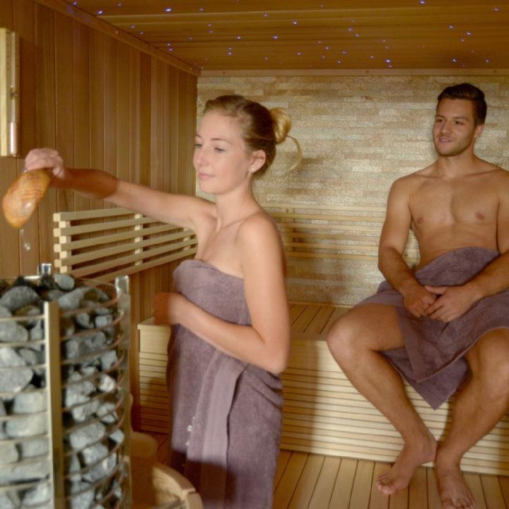 Man en vrouw zitten in de sauna