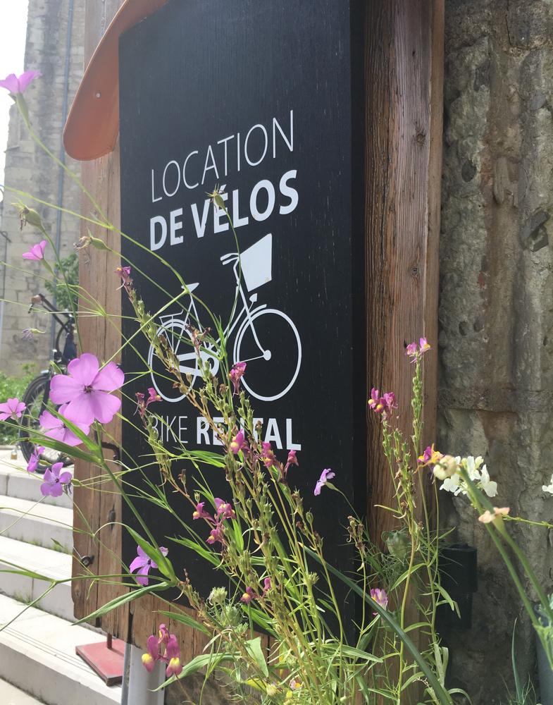 Bord bike rental met bloemen