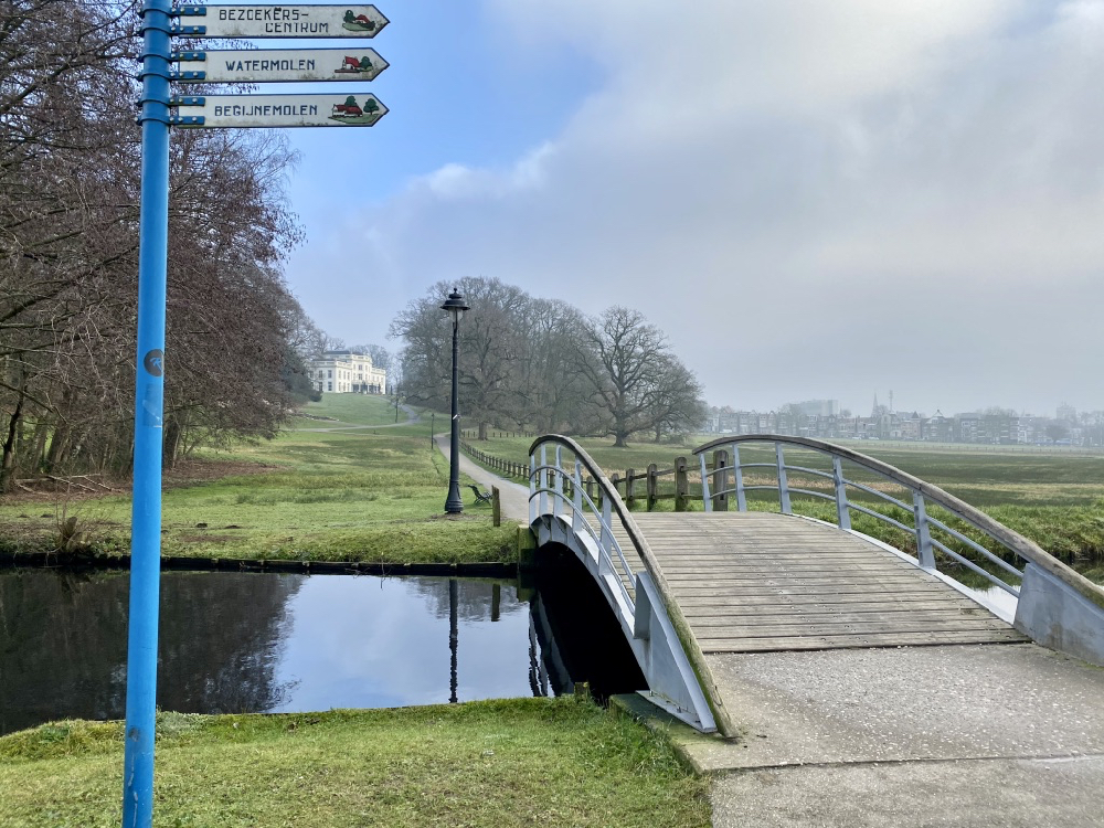Brug over beekje in het stadspark in Arnhem