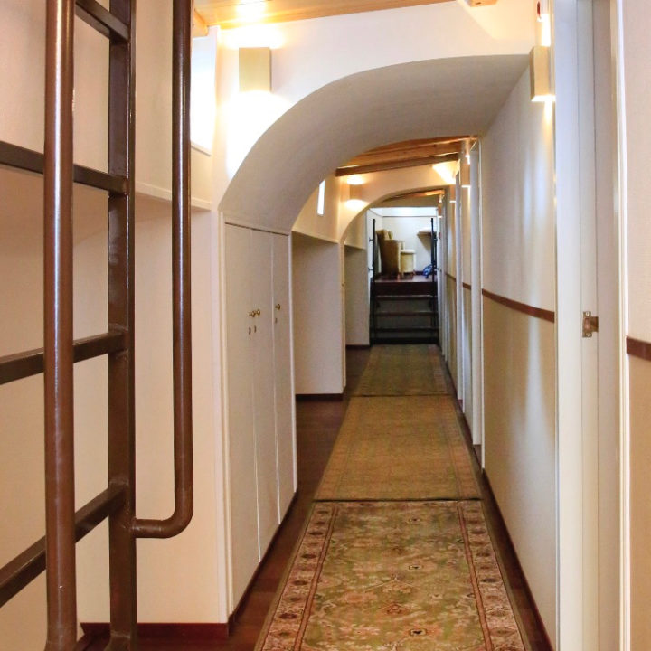 Een gang met een tapijt in Hotel Anje
