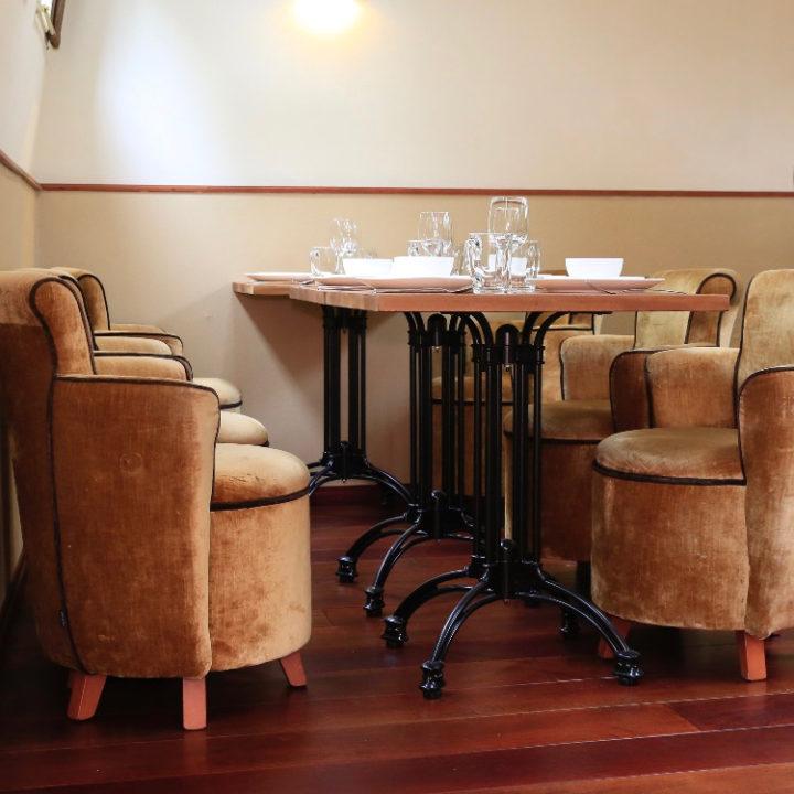 Zachte stoelen aan tafels
