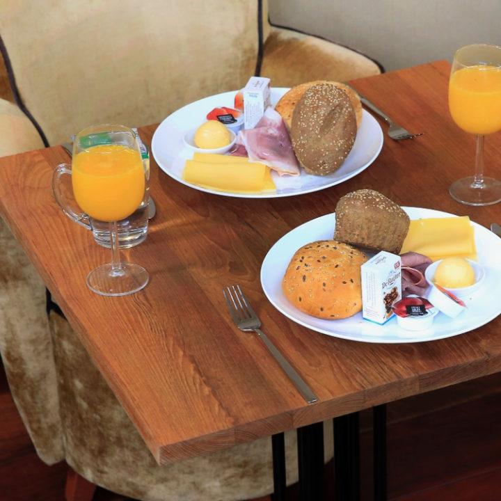 Ontbijt met jui d'orange en broodjes