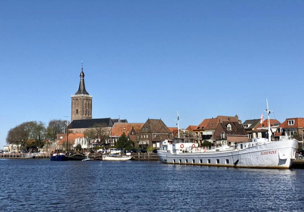 De stad Hasselt vanaf het water gezien
