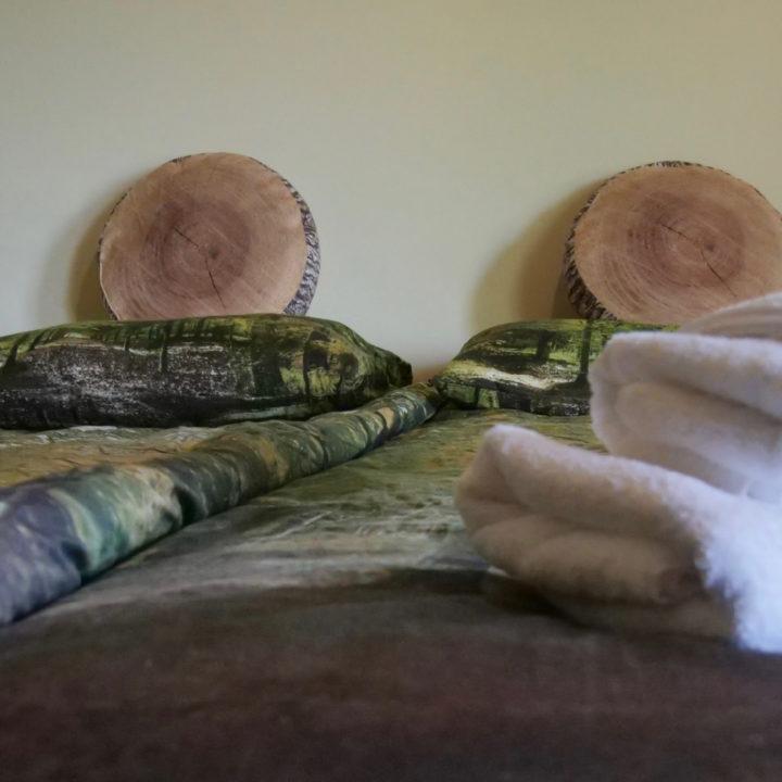 Groot bed met kussens met houtlook