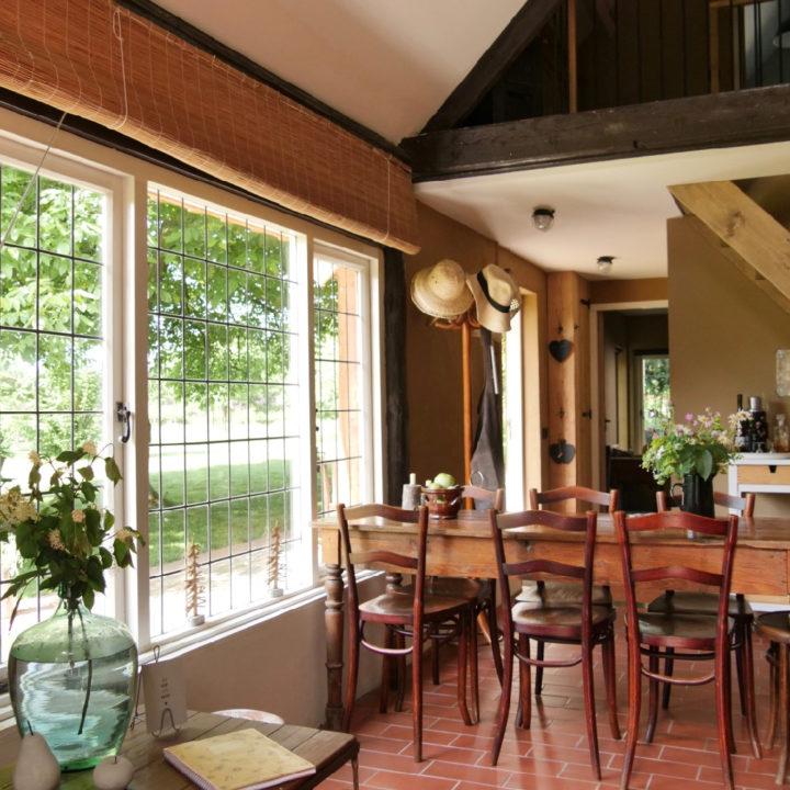 Lange tafel voor het raam van het vakantiehuis