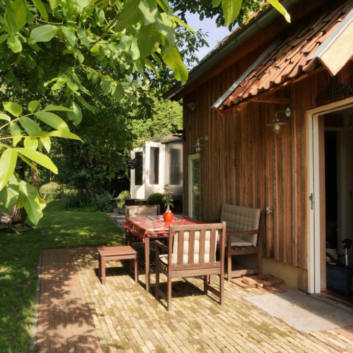 Terrasje bij een huis in een groene omgeving
