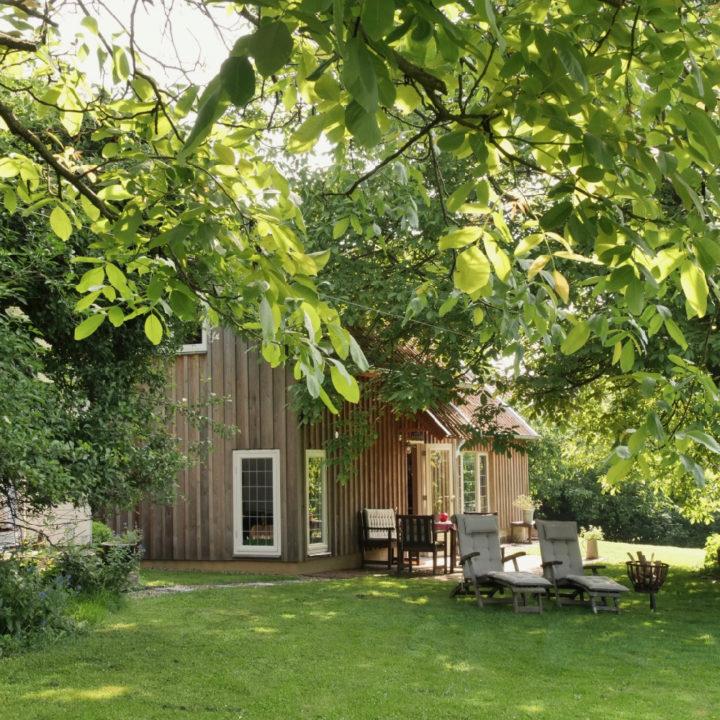 Houten vakantiehuisje in een groene omgeving