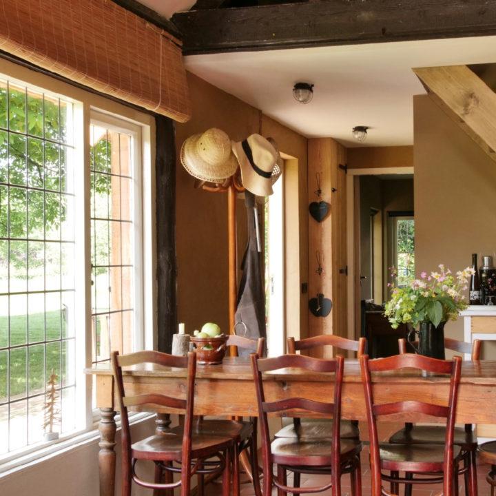 Lange tafel voor het raam in een houten huis
