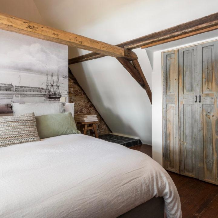 Slaapkamer boven aan de trap met ingang naar badkamer