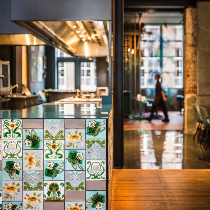 Tegeltjes wand in de keuken van hotel Staats