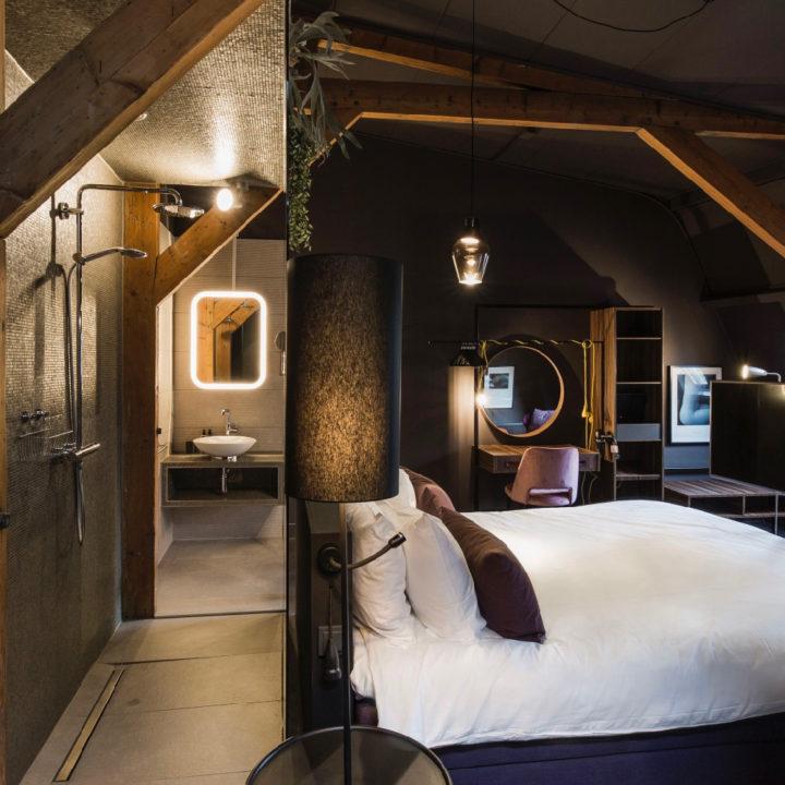 Tweepersoons kamer onder stoere houten balken
