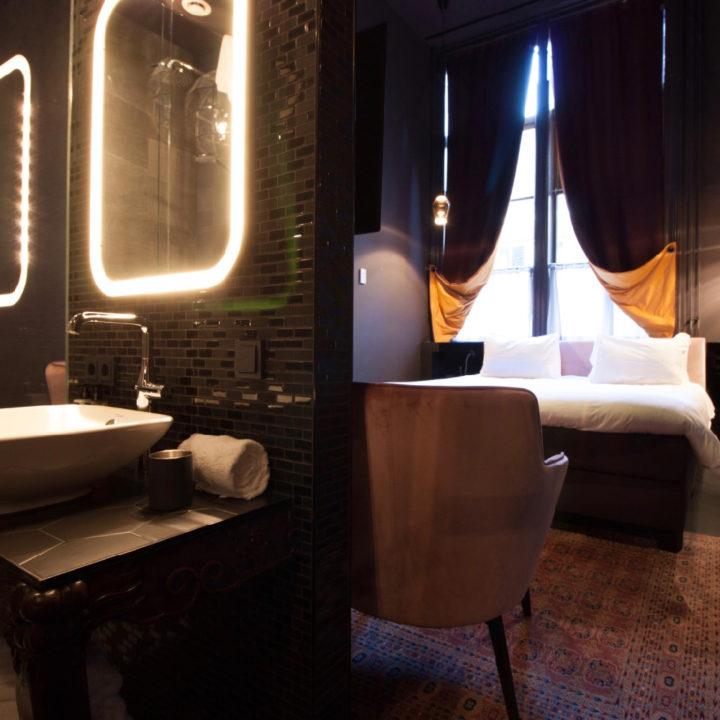Hotelkamer in donkere tinten, tweepersoons bed