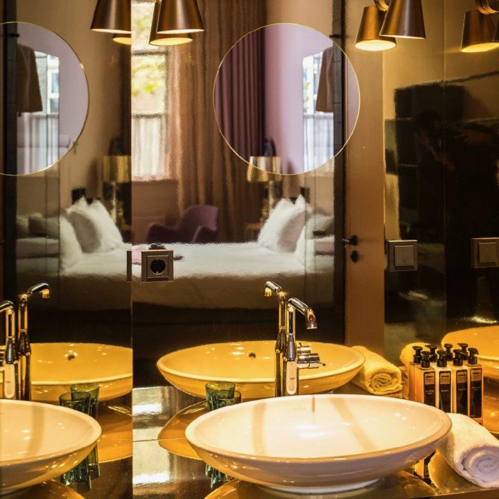 Hotelkamer met badkamer met grote spiegels