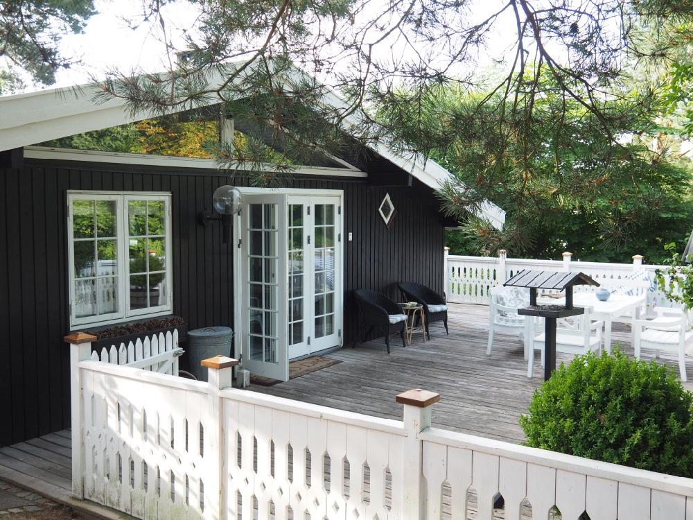 Zwart houten vakantiehuis met groot terras