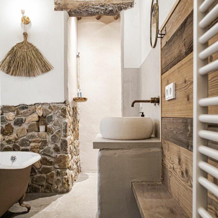 Badkamer met inloopdouche en bad op pootjes