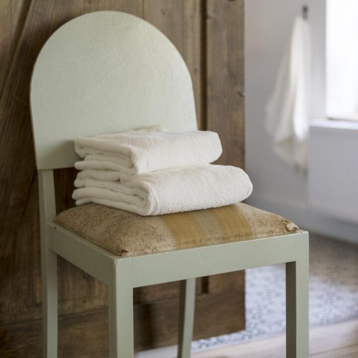 Handdoeken op een vintage stoel