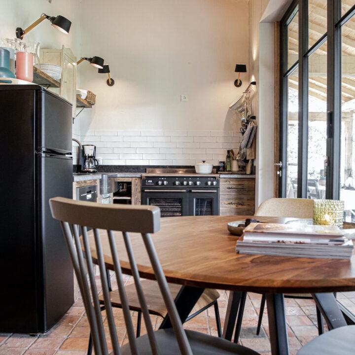 Ronde eettafel in de keuken van het Bakhuisje in Limburg