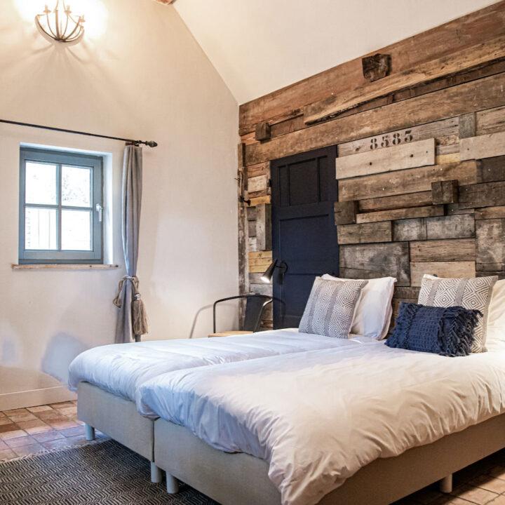 Slaapkamer met steigerhouten achterwand