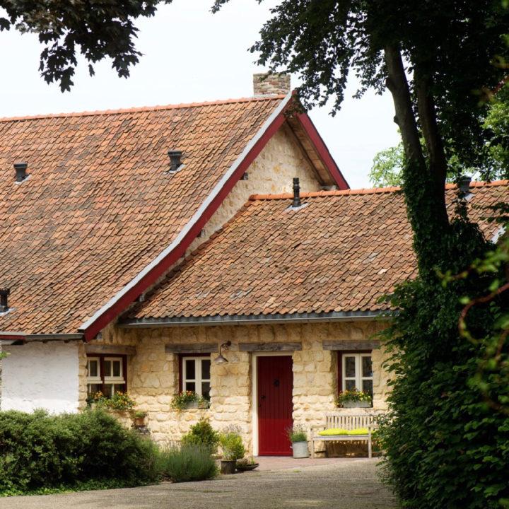 Leemkleurig vakantiehuis met rode deur