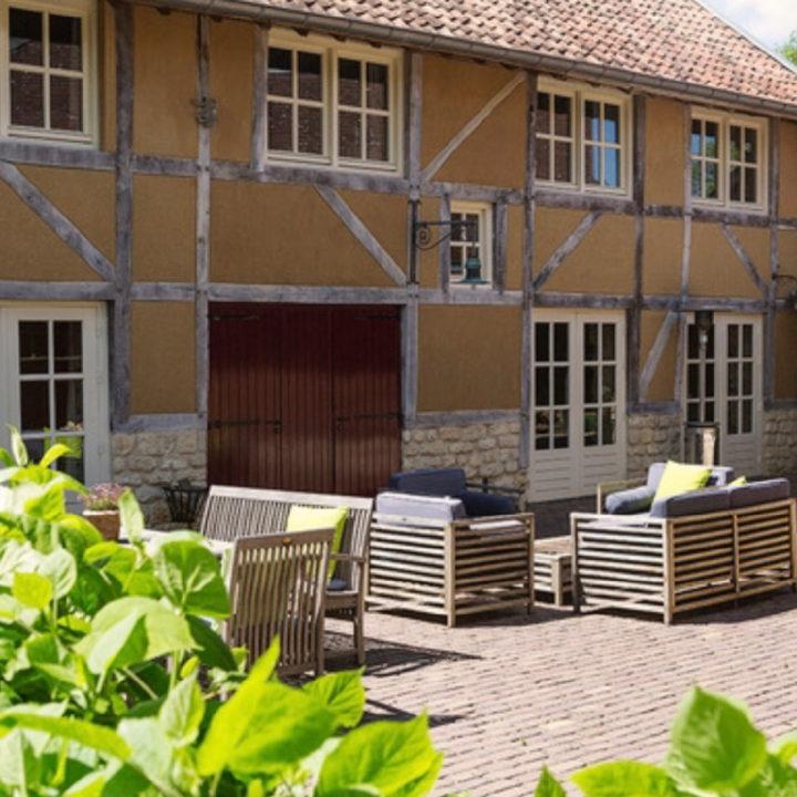 Loungebanken en stoelen voor Limburgs lemen vakwerkhuis