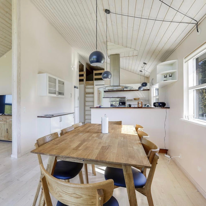 Eethoek en open witte keuken