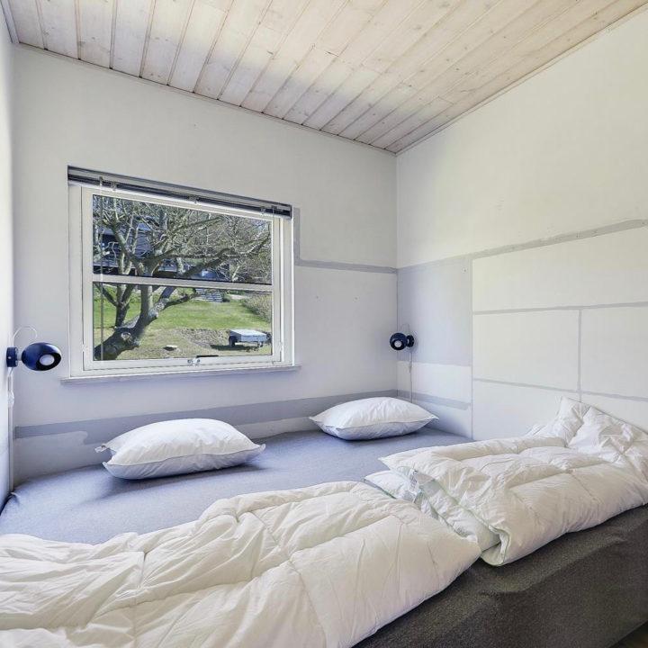 Tweepersoons bed met losse dekbedden