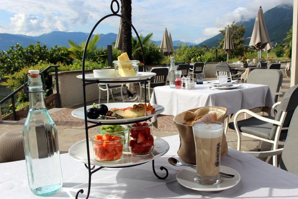 Ontbijt op het terras, etagere met fruit en kaas
