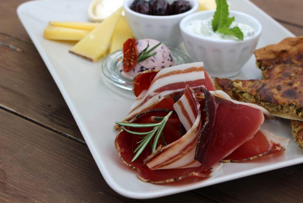 Bordje met ham, quiche, kaas en dipjes