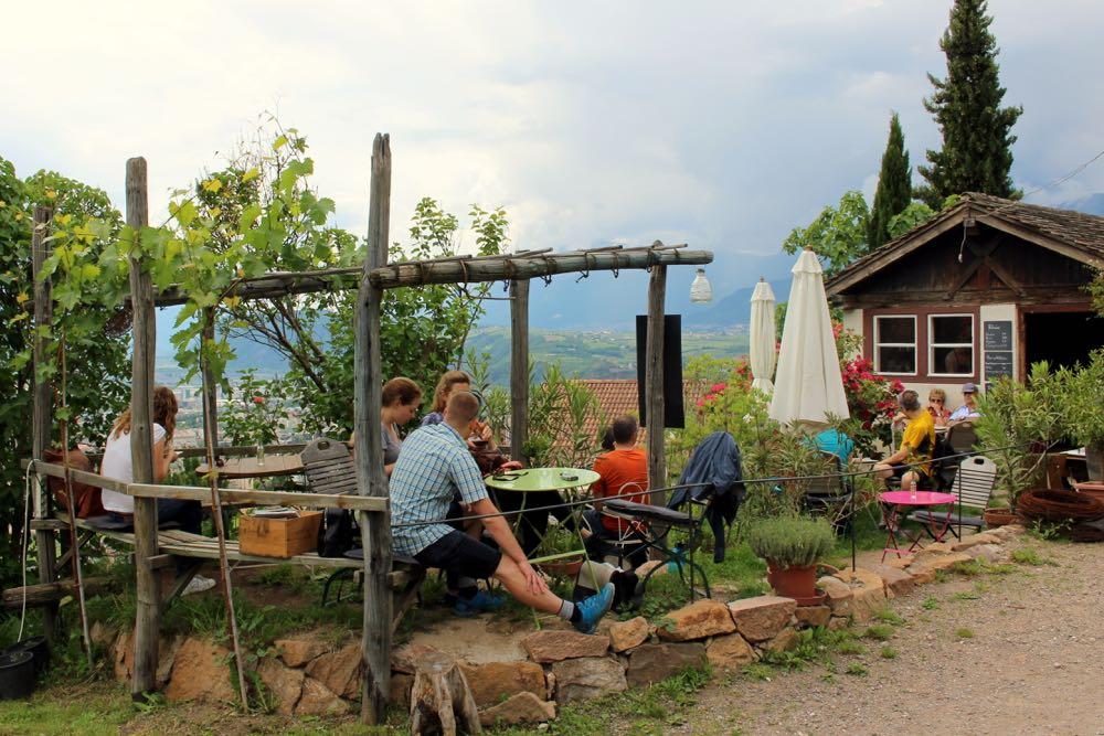 Terrasje met gekleurde stoelen op helling in Zuid-Tirol