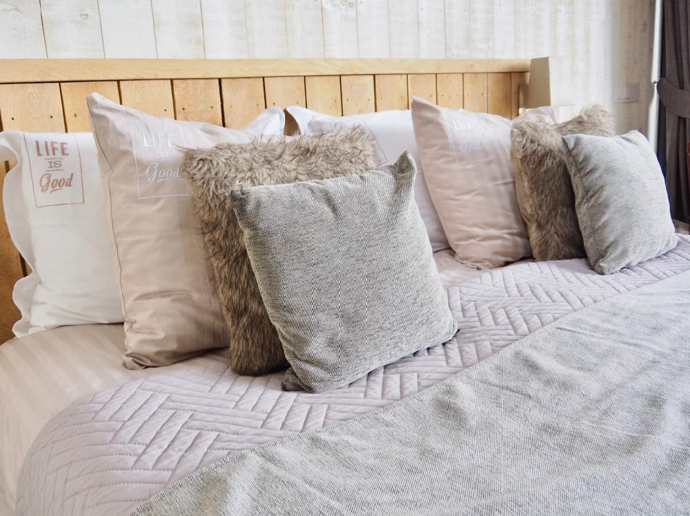 Zachte kussen op comfortabel bed